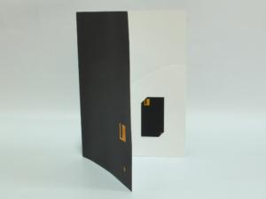 Subcarpeta con hendido y bolsillo con ranura para tarjeta. Plastificada en mate